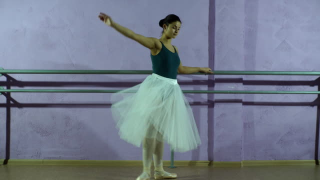 klädd i pointe skor ballerina danser nära barre i dans salen - balettstång bildbanksvideor och videomaterial från bakom kulisserna