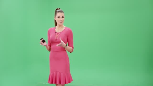 vídeos de stock e filmes b-roll de weather girl presenting the weather forecast - weatherman