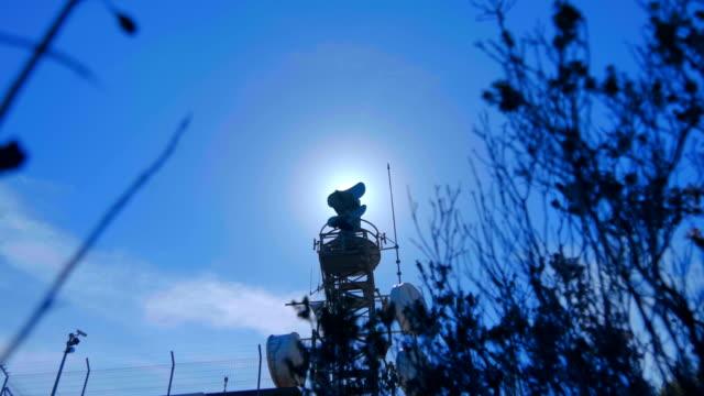 bir dağın tepesinde dönen radyoalgılama anteniyle hava durumu radar - mountain top stok videoları ve detay görüntü çekimi
