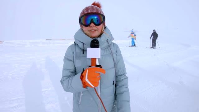 vidéos et rushes de journaliste de temps de parler à la montagne hivernale - interview