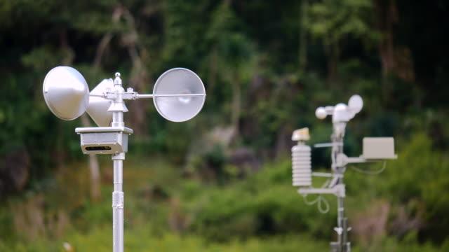 väderstation på höga berget - barometer bildbanksvideor och videomaterial från bakom kulisserna