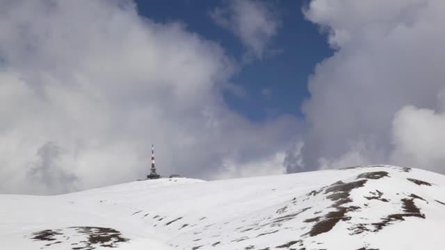 weather station on snowy mountain peak - barometer bildbanksvideor och videomaterial från bakom kulisserna