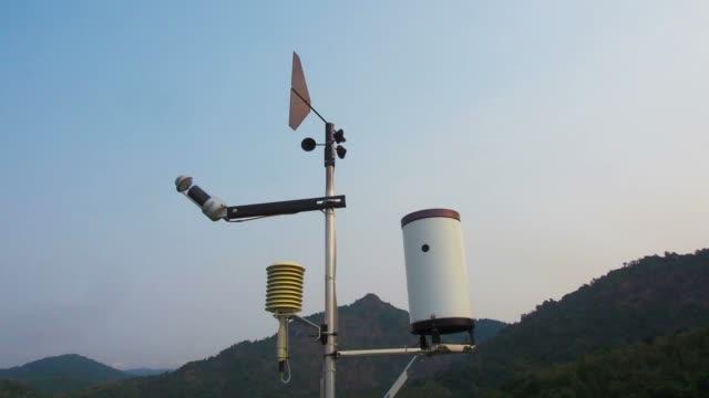 vídeos de stock, filmes e b-roll de calibre de vento cata-vento para direta e força. - meteorologia