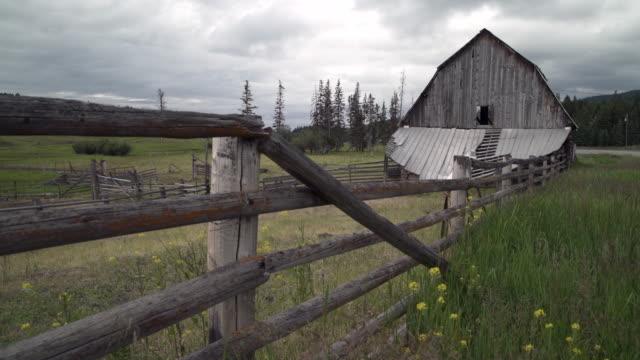 weathered ranch barn nicola vadisi ingiliz columbia 4k uhd - ahır stok videoları ve detay görüntü çekimi