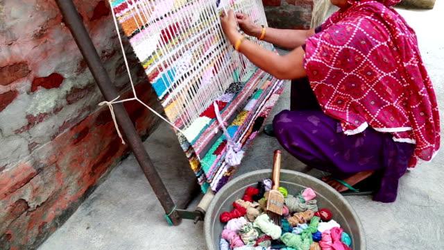 weaving textile (durry) . - väva bildbanksvideor och videomaterial från bakom kulisserna