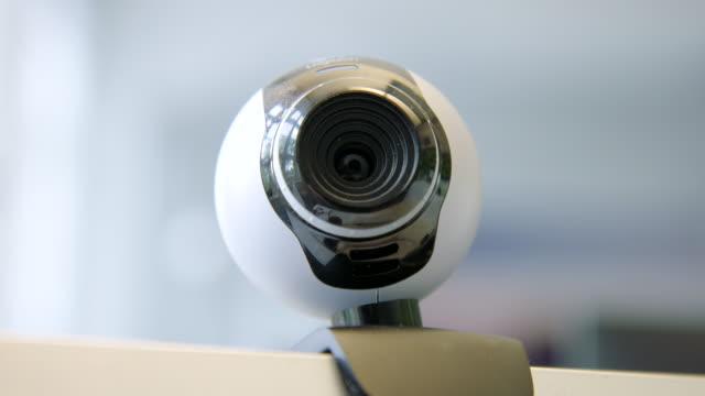 vidéos et rushes de caméra web sur le dessus d'un moniteur d'ordinateur - camera