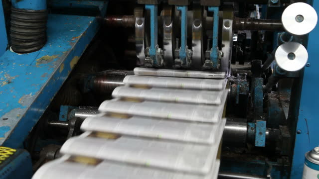 web, stampa offset stampa ripiegare un quotidiano tutti i giorni - newspaper paper video stock e b–roll