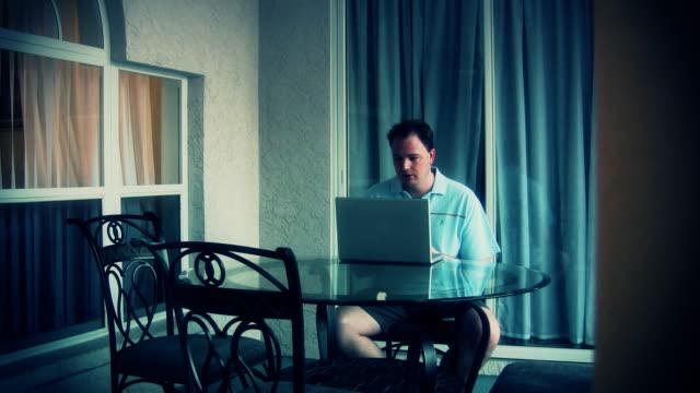 web surfing - bir orta yetişkin erkek sadece stok videoları ve detay görüntü çekimi