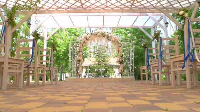 wedding arch and chairs. - mały filmów i materiałów b-roll