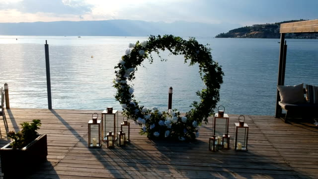 stockvideo's en b-roll-footage met de boog van het huwelijk op de achtergrond van het overzees - boog architectonisch element