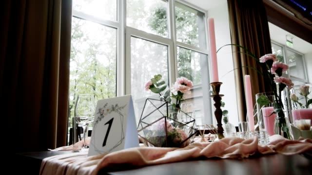 vídeos y material grabado en eventos de stock de decoración de recepción de cumpleaños de boda, sillas, mesas y flores - ornamentado