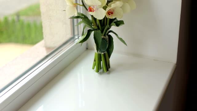 hochzeit bouquet von orchideen auf der fenster-nahaufnahme. - orchidee stock-videos und b-roll-filmmaterial
