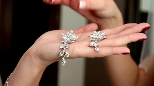 bröllop, bär bruden klänning, skor, smycken - aftonklänning bildbanksvideor och videomaterial från bakom kulisserna