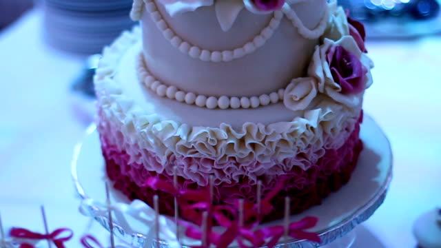 紫色の花で飾られたウェディングケーキ - テーブル 無人のビデオ点の映像素材/bロール