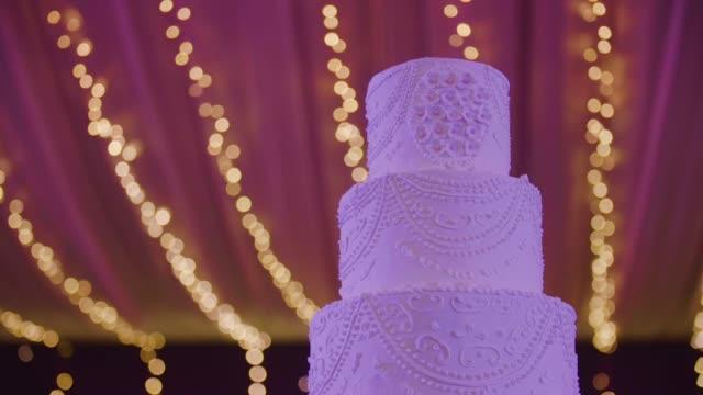 vídeos de stock e filmes b-roll de wedding cake - arranjo