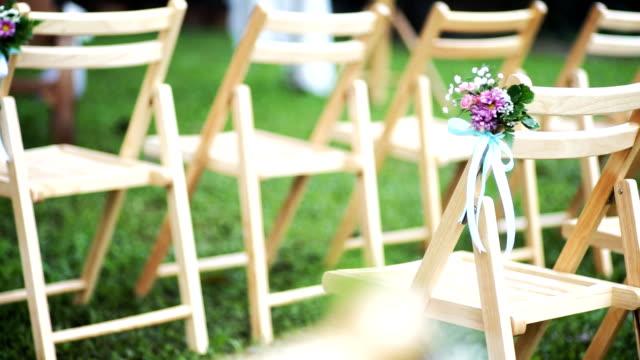 Sillas de boda decorado con flores. - vídeo