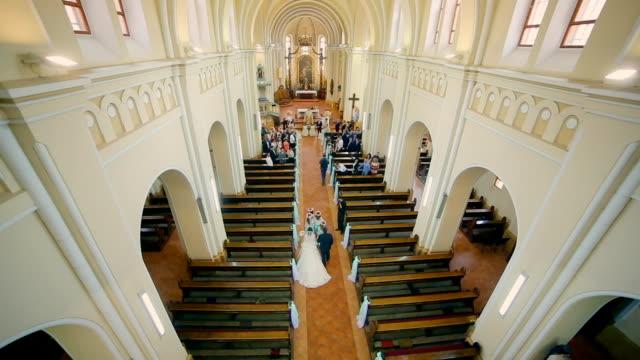 vídeos y material grabado en eventos de stock de entrar en novios de iglesia - casados