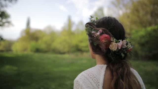 evlilik çift doğa - çekici insanlar stok videoları ve detay görüntü çekimi