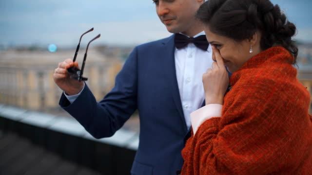 結婚式のカップル、屋根の上に立って - ロンドンのファッション点の映像素材/bロール