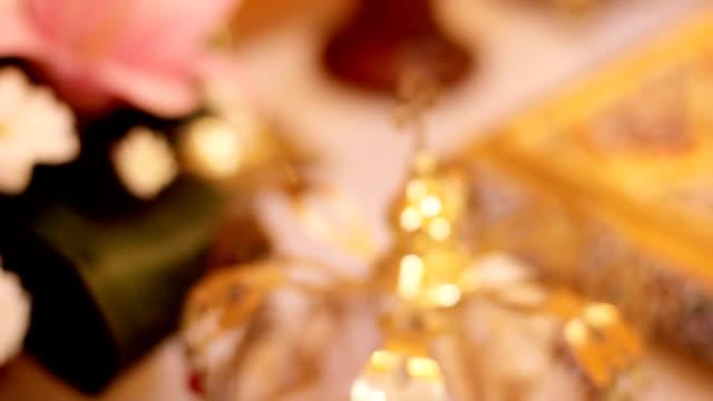 vidéos et rushes de couronnes de mariage et églises attributs pour le mariage. gros plan - couronne reine