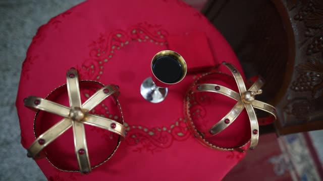 hochzeitskronen und wein in orthodoxer kirche - kopfbedeckung stock-videos und b-roll-filmmaterial