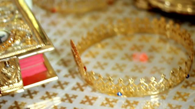 vídeos de stock e filmes b-roll de wedding crowns of marriage prepared. close-up - coroa