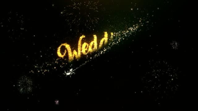Texto de saludo día de la boda hecho de luces de Bengala luz noche cielo con fuegos artificiales Colorfull - vídeo