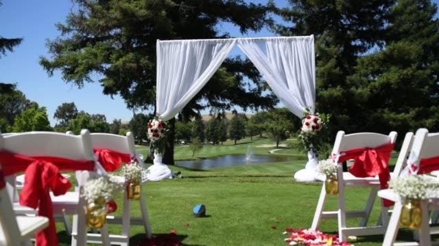vidéos et rushes de mariage, décor pour la cérémonie sur le terrain de golf - lieu sportif