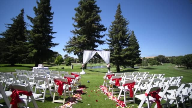 wedding, decor for the ceremony on the golf course - дворец спорта стоковые видео и кадры b-roll