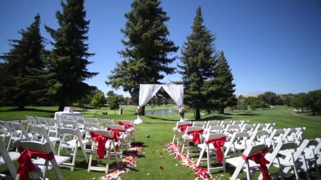 vidéos et rushes de mariage, décor pour la cérémonie sur le terrain de golf - banquet