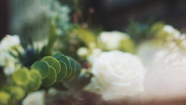 vídeos de stock, filmes e b-roll de decoração do casamento. decoração das flores. - rústico