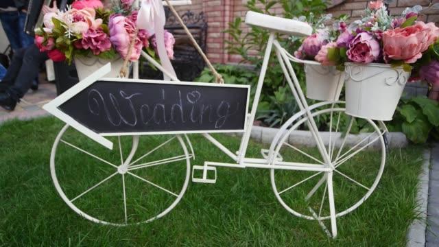 vídeos y material grabado en eventos de stock de decoraciones de boda en estilo rústico. ceremonia de salida. boda en la naturaleza - estilo de vida rural