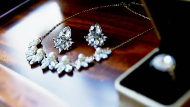 stockvideo's en b-roll-footage met wedding ring van de diamant, diamanten ketting en oorbellen 4k 4k - halsketting