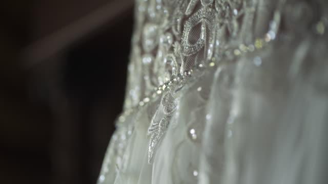 vídeos de stock, filmes e b-roll de detalhe do vestido de noiva detalhes do casamento - moda de casamento