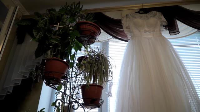 Hochzeitskleid hängt am Fenster – Video