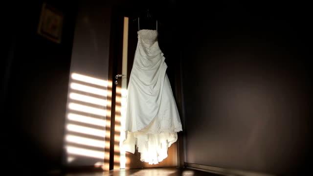 vídeos de stock, filmes e b-roll de vestido de casamento no quarto - tule têxtil