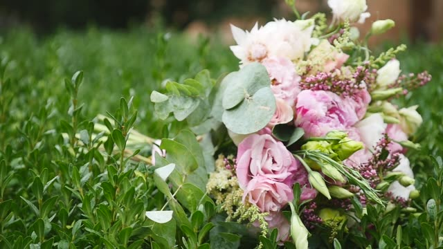 wedding flowers bouquet on the green grass background - триллиум стоковые видео и кадры b-roll