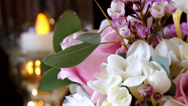 vidéos et rushes de boucle de fleurs de mariage - composition florale