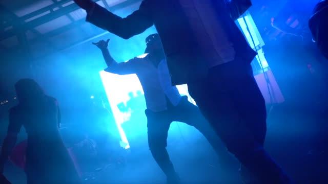 vidéos et rushes de invités de mariage dansant pendant la partie - soirées habillées