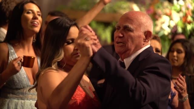 vídeos y material grabado en eventos de stock de invitados a la boda bailando durante la fiesta - recuerdos