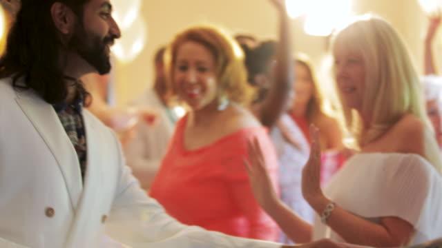 vidéos et rushes de invités de mariage dansent ensemble - soirées habillées