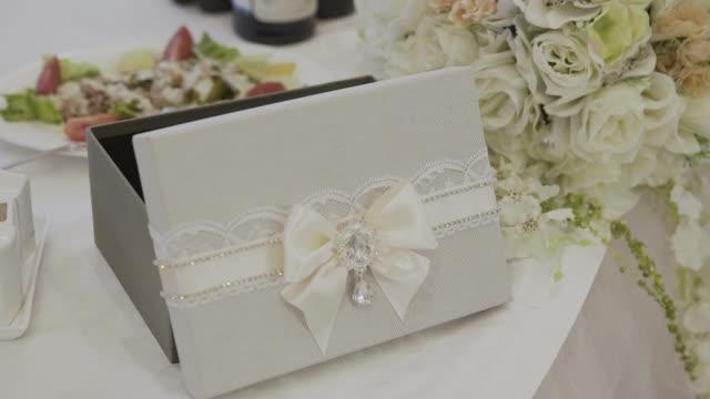 Invitaciones de boda y cofre de dinero decorado con encaje - vídeo