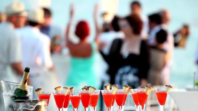 hochzeit party - champagner toasts stock-videos und b-roll-filmmaterial