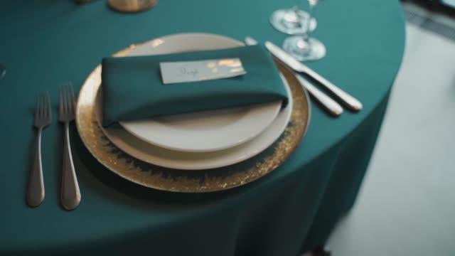 vidéos et rushes de plaque de mariage, décoration de table de mariage - banquet