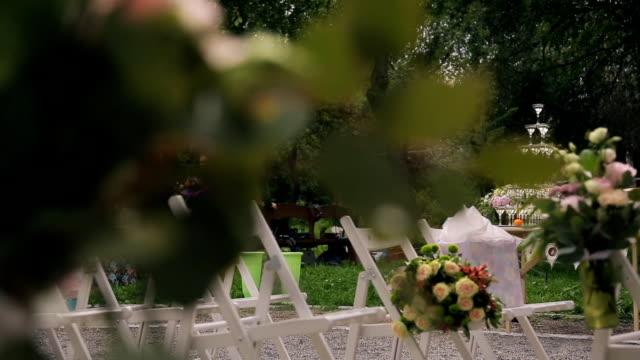 Preparación de la boda: creación de habitaciones al aire libre. Ve a través de hojas - vídeo