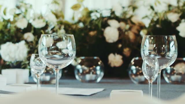 Lugar de recepción con decoración de flor blanca de la boda - vídeo