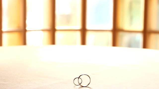 wedding rings back lit - columbus day stok videoları ve detay görüntü çekimi