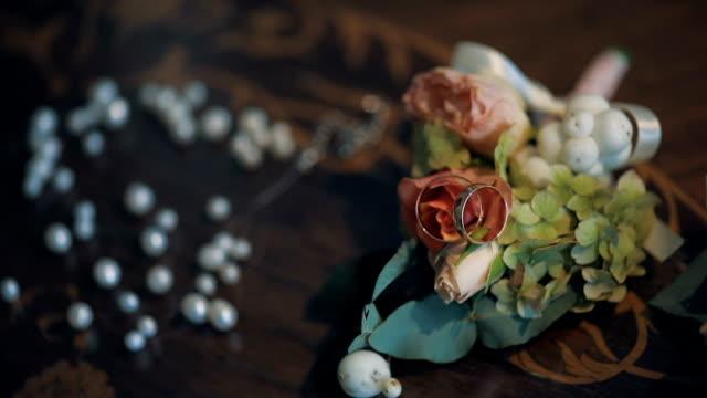 Anillos de boda, collar y boutonniere - vídeo