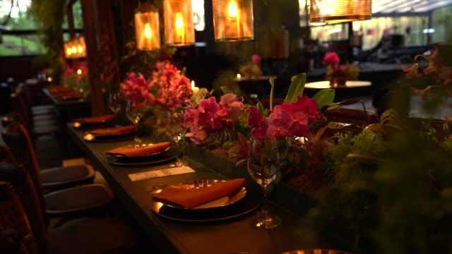 vidéos et rushes de tables de mariage avec des fleurs et le décor romantique - composition florale