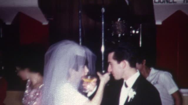 matrimonio brinda anni'60 - video di matrimonio video stock e b–roll